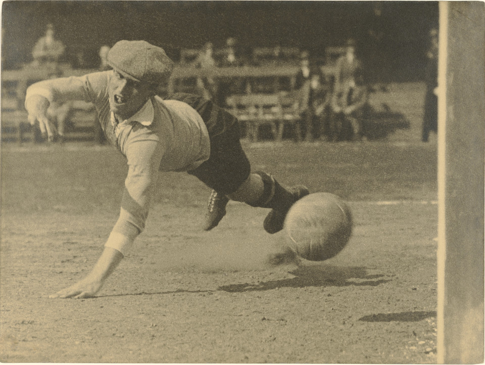 "Martin Munkácsi, ""The Goalie Gets There a Split Second Too Late"" (ok. 1923)"