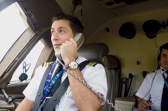 Pilot se obratio pre poletanja putnicima, a ono što im je rekao RASPLAKALO je sve u avionu, posebno jednu osobu (VIDEO)