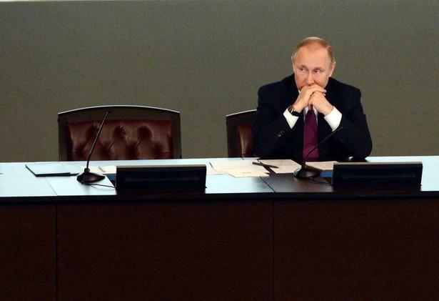 """Na posiedzeniu rosyjskiej Rady Bezpieczeństwa Putin poinformował, że rośnie skala obrotu narkotykami syntetycznymi i nowymi środkami psychoaktywnymi. Dodał następnie, że coraz częściej ich dostawcami są zagraniczne grupy przestępcze z krajów europejskich i azjatyckich. """"A w ostatnim czasie znaczący strumień (narkotyków) płynie z Ukrainy"""" - powiedział."""