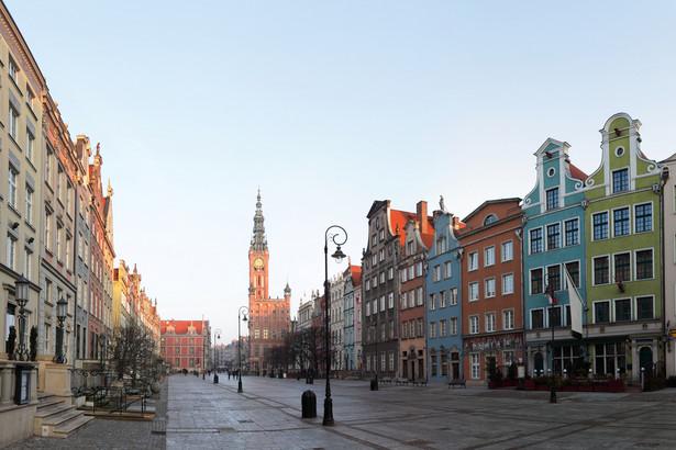 Umieszczania reklam gdzie podpadnie zabrania kodeks wykroczeń. Zgodnie z art 63a, umieszczanie w miejscu publicznym, nie przeznaczonym do tego, ogłoszenia plakatu, afiszu, apelu, ulotki, napisy lub rysunku, a także wystawienie ich na widok publiczny w innym miejscu bez zgody zarządzającego tym miejscem, podlega karze ograniczenia wolności albo grzywny. Na zdjęciu: Gdańsk, ulica Długa
