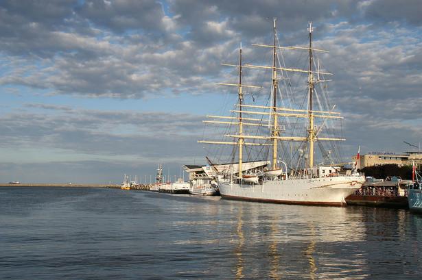 """""""Tango – na pełnym morzu"""" będzie czwartą sztuką graną przez Teatr Miejski w Gdyni pod pokładem """"Daru Pomorza"""", stacjonującego przy nabrzeżu na Skwerze Kościuszki. Wcześniej, na żaglowcu wystawiono """"Idąc rakiem"""" na podstawie powieści Guntera Grassa, oraz """"Żółtą łódź podwodną"""" i """"Kursk"""" Pawła Huellego."""