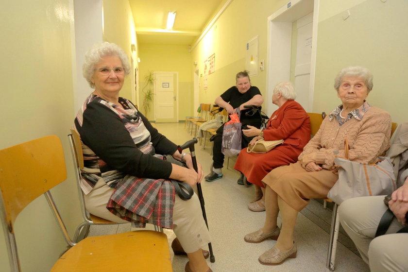 Wiesława Pyra (76 l.), pacjentka w kolejce (po lewej stronie)