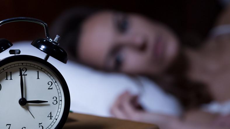 Kobieta cierpi na bezsenność. Nie może spać w nocy