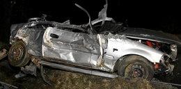 Honda uderzyła w mostek i drzewa. 4 osoby w szpitalu