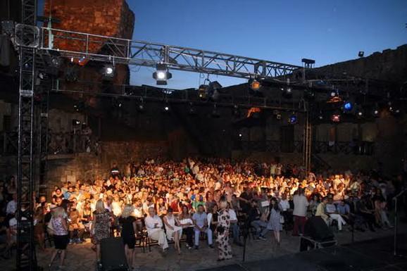 Publika na otvaranju Teatra u tvrđavi