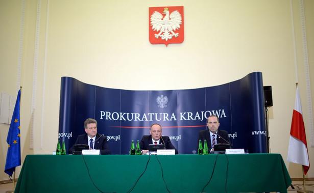 Zastępca prokuratora generalnego Marek Pasionek oraz prokuratorzy z Zespołu Śledczego nr 1 Marek Kuczyński i Krzysztof Schwartz podczas konferencji na temat katastrofy smoleńskiej