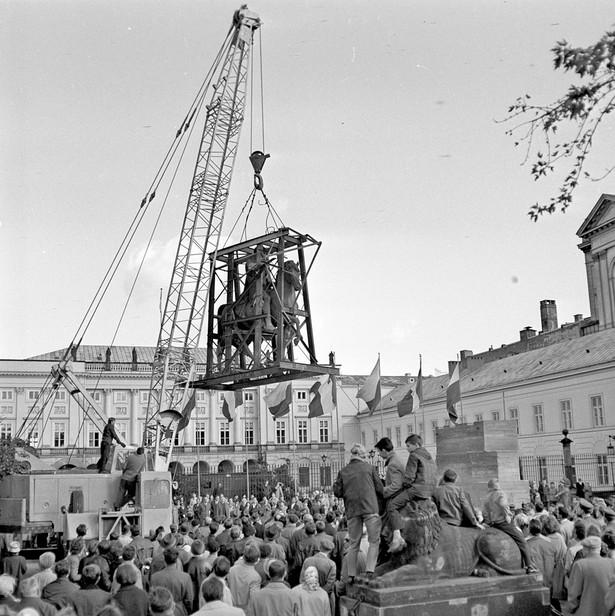 Pomnik ks. Józefa Poniatowskiego ustawiany przed dawnym Pałacem Namiestnikowskim, obecnie Pałacem Prezydenckim na Krakowskim Przedmieściu, październik 1965 r.
