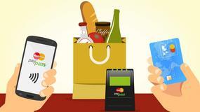 Klienci z portfelem w smartfonie