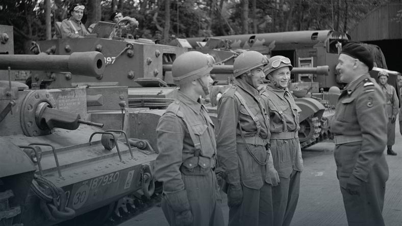Dowódca I Dywizji Pancernej Wojska Polskiego generał Stanisław Maczek (P) podczas ćwiczeń przed wyruszeniem na front.