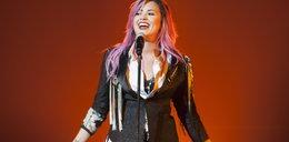 Niefortunna stylizacja Lovato. Przytyła?