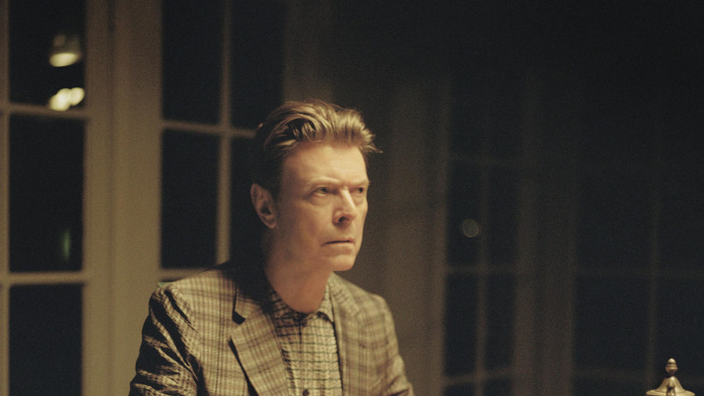 "David Bowie w klipie do utworu ""The Stars (Are Out Tonight)"""