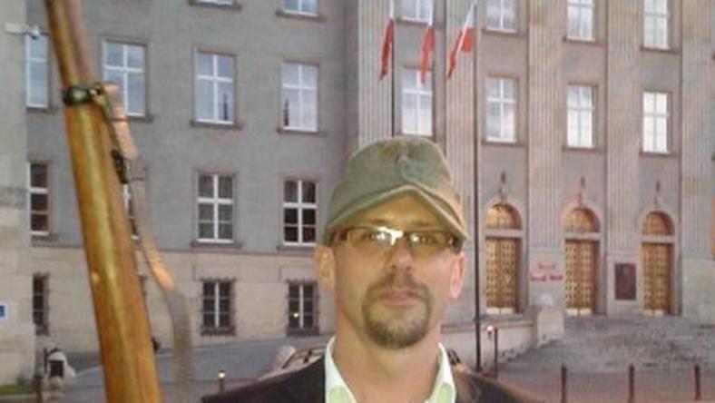 Jerzy Gorzelik, lider autonomistów umieścił na facebooku swoje zdjęcie z karabinem i w wojskowej czapce na tle gmachu Śląskiego Urzędu Wojewódzkiego