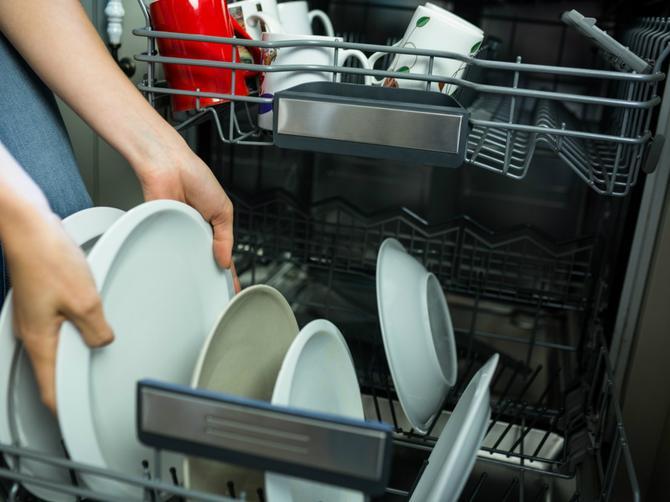 10 stvari koje NIKADA ne smete da perete u mašini za sudove