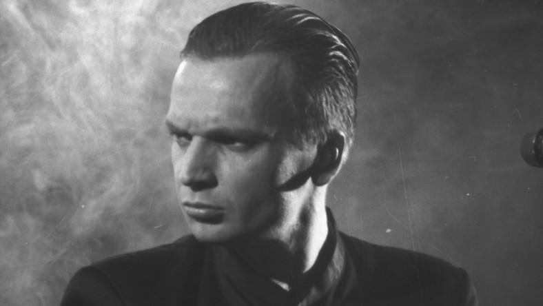 """Według profesora Macieja Mrozowskiego, słuchacze tak uwielbiali Ciechowskiego, bo był wyjątkowo charakterystyczną postacią. W wyjątkowym też stopniu wyróżniał się na tle swojej epoki. – Poza tym, w przypadku jego twórczości słowa idealnie pasowały do muzyki i wyrażały jakąś postawę, a to rzadkie w naszym kraju – dodaje profesor Mrozowski. Medioznawca zwraca uwagę, że choć Grzegorz Ciechowski zdobył jako artysta ogromną popularność, to w swojej muzyce przekazywał często poważne, skłaniające do refleksji treści. Profesor Maciej Mrozowski mówi, że w kulturze popularnej oczekujemy od muzyków utworów lekkich i przyjemnych. Ciechowski postępował wbrew tym oczekiwaniom, a jednak odniósł duży sukces. –To jest jakby drugi nurt muzyki rozrywkowej (...) Grzegorz Ciechowski raczej nas """"drapał"""", zmuszał do zastanowienia niż bawił. Obecnie ciężko wskazać artystę, który by robił to samo – podkreśla profesor Mrozowski"""