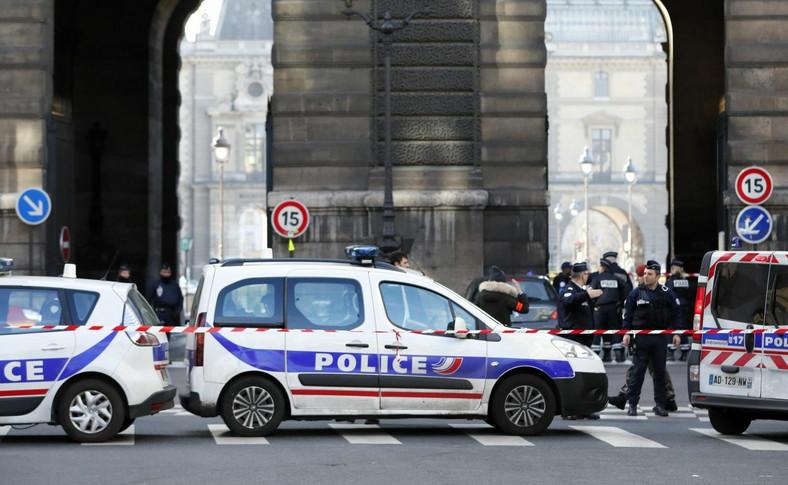 Zamach terrorystyczny w Paryżu. Strzały przed Luwrem