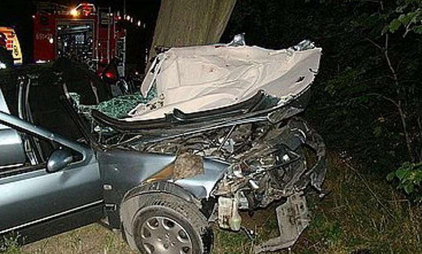 Kierowca zabił się na drzewie. Z peugeota została miazga