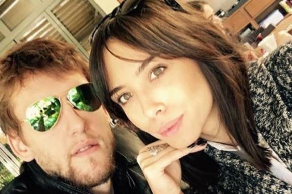 CENTIMETRI SU SAMO BROJ Veseli oženio Srpkinju koja je retko u javnosti i pokazao da je visoka skoro kao njihov pas - hit na Instagramu