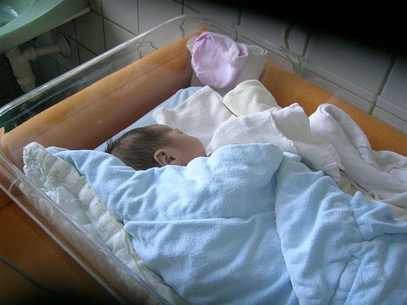 Rodzice porzucili noworodka na klatce