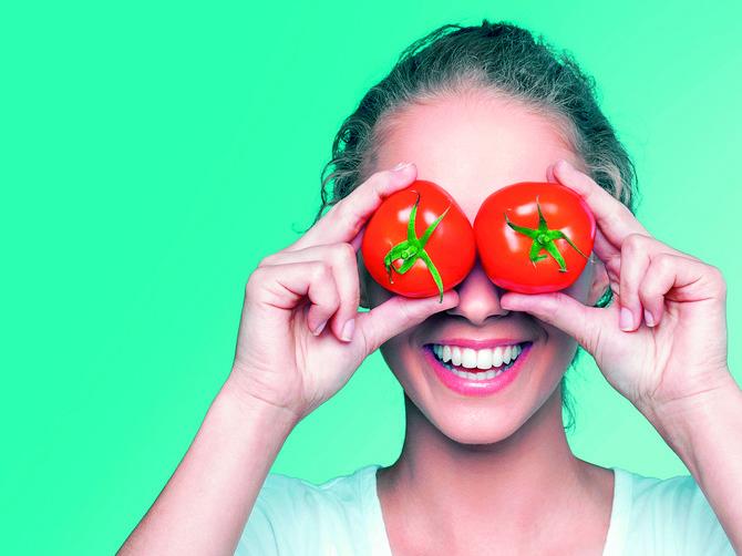 Kada danas budete sekli paradajz, presecite ga NAPOLA i - uradite OVO: Kad jednom probate, radićete to stalno!