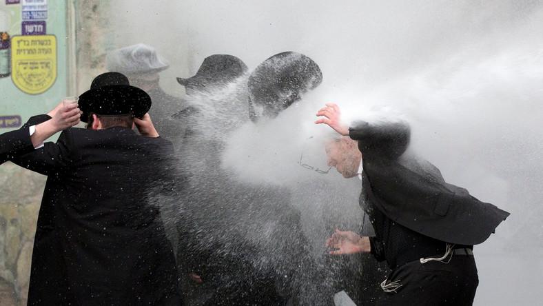 Walki zaczęły się po aresztowaniu młodego, ortodoksyjnego Żyda, który nie chciał odbyć obowiązkowej służby wojskowej.