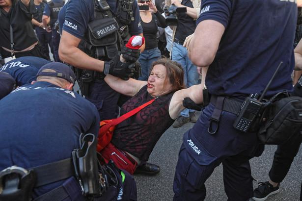 Policja usunęła Obywateli RP, którzy na Nowym Świecie próbowali zablokować Marsz Zwycięstwa Rzeczypospolitej.