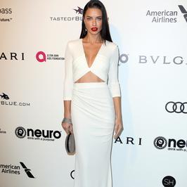 Seksowna Adriana Lima cała w bieli