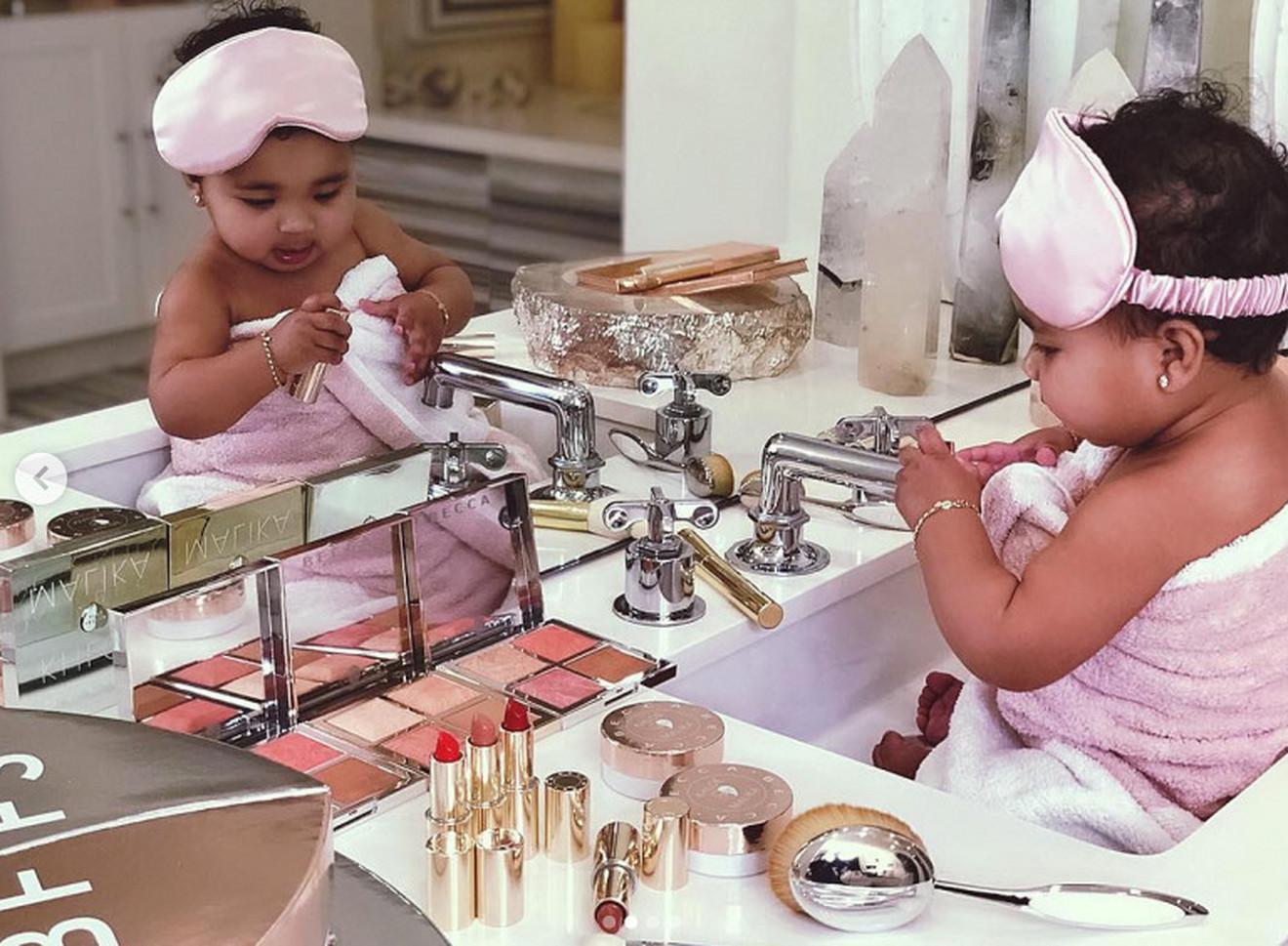 Ćerka Kloi sa maminom šminkom