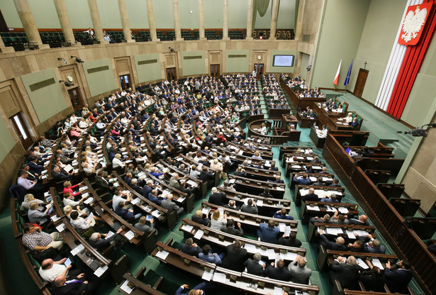 """Sejm przyjął propozycje komisji, aby w Kk doprecyzować, że karze do trzech lat więzienia podlega także ten, kto """"stosuje przemoc innego rodzaju uporczywie lub w sposób istotnie utrudniający innej osobie korzystanie z zajmowanego lokalu mieszkalnego"""""""