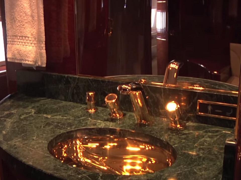 ...łazienką wykańczaną 24-karatowym złotem...