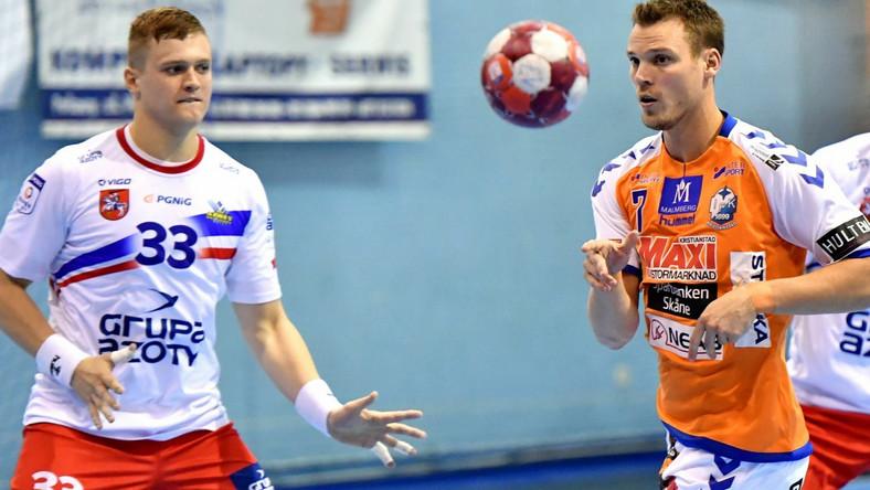 Zawodnik drużyny Azoty Puławy Dawid Dawydzik (z lewej) i Markus Olsson z IFK Kristianstad