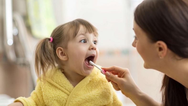 Matka myje zęby córce