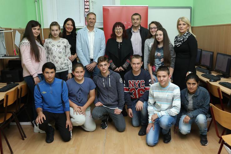 """Učenci OŠ """"Sava Munćan"""" zajedno sa govornicima u novootvorenom informatičkom kabinetu"""