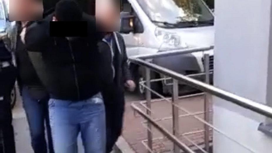 Policja doprowadza zatrzymanego sprawcę wypadku na komendę