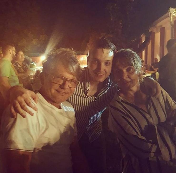ŽURKA U BARANDI Bjela okupio glumce, Vesna Trivalić izašla na binu i ZAPEVALA (VIDEO)