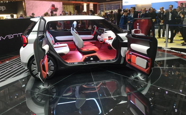 W kabinie projektanci Fiata Centoventi postawili na możliwość dowolnej aranżacji – to kierowca zdecyduje, co będzie mu potrzebne. Dlatego nawet fotel przedniego pasażera nie jest seryjny – oczywiście da się go zamówić, ale alternatywnie można tam np. zamontować stolik czy specjalny fotelik dla dziecka