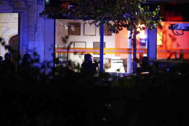 Seria ataków we Francji, policjanci w okolicy teatru Bataclan EPA/YOAN VALAT Dostawca: PAP/EPA.