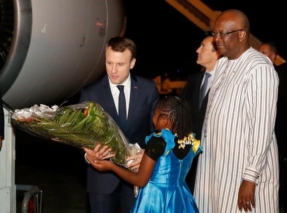 Francuskog predsednika Emanuela Makrona (L) dočekao je na aerodromu