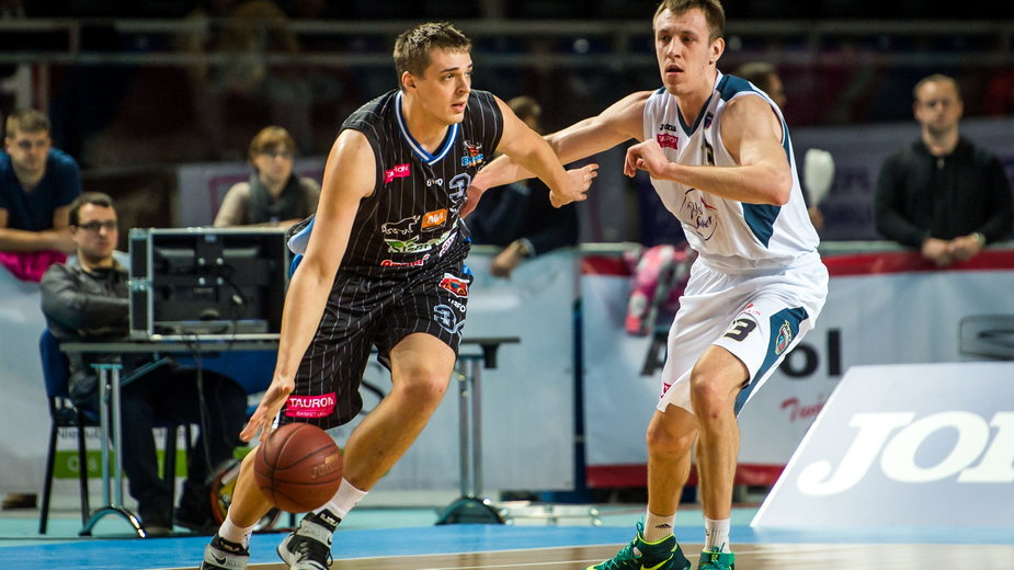 Piotr Niedźwiedzki (z lewej), podczas meczu w Toruniu, luty 2016 r.