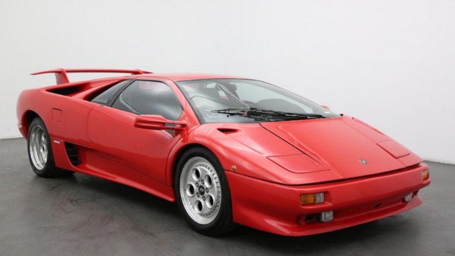 Lamborghini Diablo zostało wykorzystane przez Bonda w scenie opuszczenia samolotu