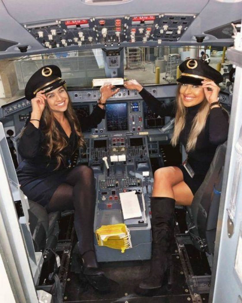 Seksowne stewardessy chwalą się atutami