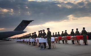 Szef MSWiA oddał hołd funkcjonariuszom BOR, którzy zginęli w katastrofie smoleńskiej