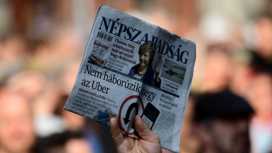 """Antyrządowa demonstracja w Budapeszcie. Protestujący z egzemplarzem lewicowej gazety """"Nepszabadsag"""""""
