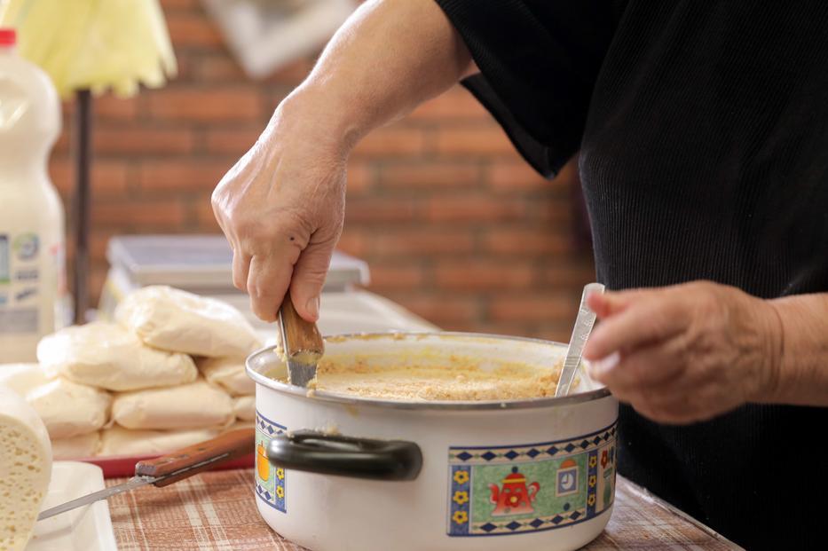 Reggelire, kolbásszal és kenyérrel, vagy csak önmagában fogyasztva, igazi hagyományos kanizsai étel a vajalja