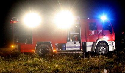 Małe dziecko mogło zginąć w pożarze. Uratowali je strażacy.