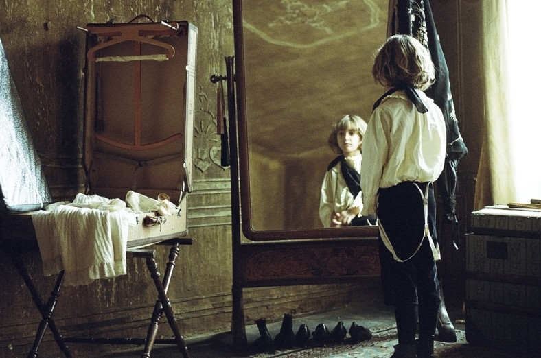 """Tom Sweet w filmie """"Dzieciństwo wodza"""""""