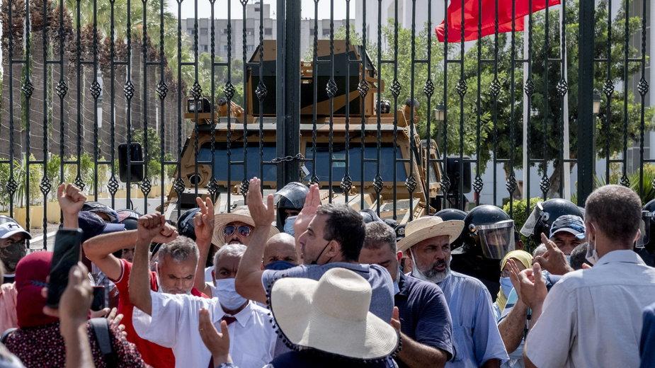 Tysiące osób na ulicach Tunisu po zawieszeniu parlamentu przez prezydenta