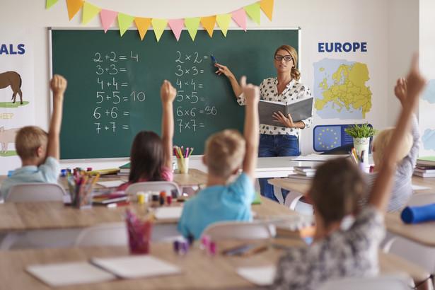 """Z badania Deloitte, który po raz pierwszy przygotował raport """"Wyprawka 2019"""", wynika, że pomimo niższych cen 32 proc. ankietowanych zamierza wydać na zakupy dla uczniów więcej niż przed rokiem"""