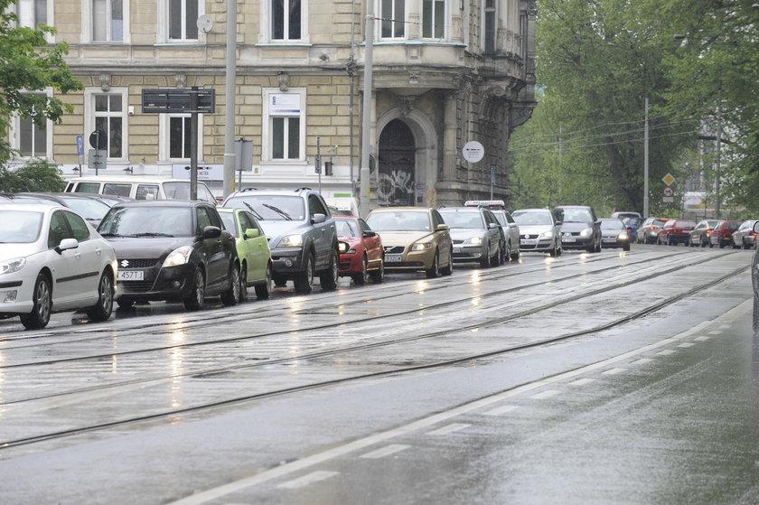 Samochody stoją w korku na ul. Podwale