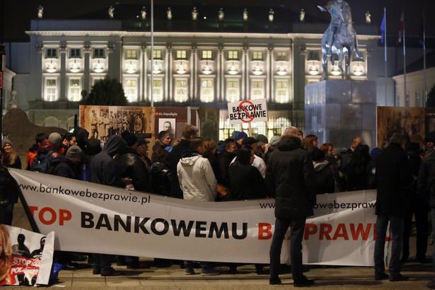 Frankowicze protestują przed Pałacem Prezydenckim w Warszawie.