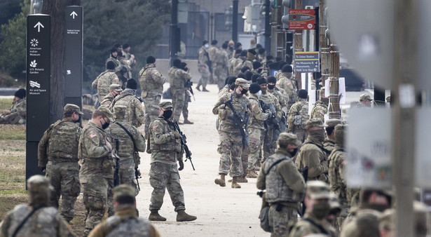 Docelowo amerykańskiej stolicy chronić ma w środę, dzień zaprzysiężenia Bidena, aż 26 tysięcy żołnierzy Gwardii Narodowej z kilkudziesięciu stanów